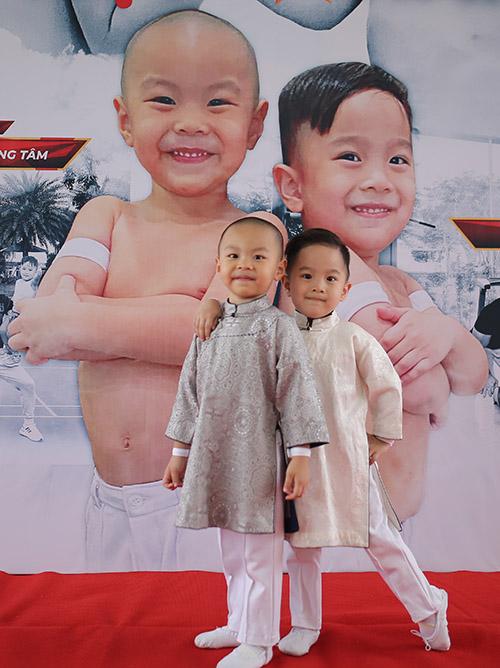 Hùng Tâm (trái) và Vĩ Lâm sinh năm 2016. Hùng Tâm là con trai nghệ sĩ xiếc Quốc Nghiệp và ca sĩ Ngọc Mai còn Vĩ Lâm (tên ở nhà là Bắp) là con trai nghệ sĩ Quốc Cơ và MC Hồng Phượng.