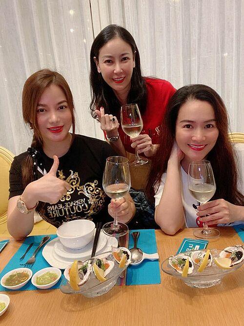 Hội bạn thân gồm diễn viên Trương Ngọc Ánh, hoa hậu Hà Kiều Anh, Anh Thơ (bà xã diễn viên Bình Minh) rủ nhau đi thưởng thức hải sản tại Vũng Tàu.