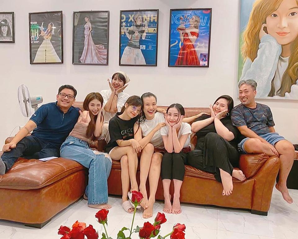 Trong hình ảnh mới nhất tối 7/8, MC Hoàng Oanh (thứ 4 từ phải sang) dần về lại thân hình thon gọn sau sinh nỡ. Cô còn tự tin diện váy ngắn sang nhà Hoàng Yến (thứ 3 từ trái sang) để ăn uống cùng êkíp phim Tháng năm rực rỡ.