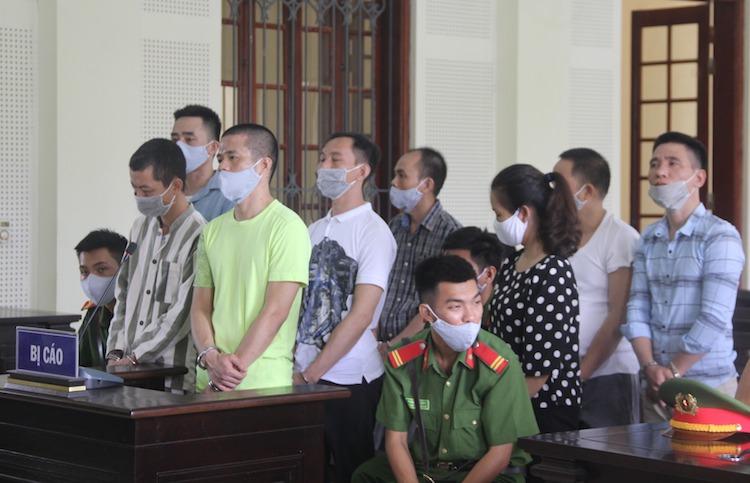 Bị cáo Lê Ngọc Sơn (áo cộc màu xanh lơ hàng đầu) tại phiên tòa. Ảnh: Hải Bình.