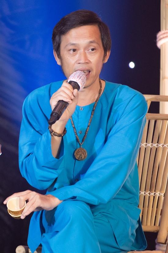 Thời gian qua, NSƯT Hoài Linh ở ẩn tại nhà thờ Tổ (quận 9, TP HCM) giữa dịch Covid-19. Đây là lần hiếm hoi anh xuất hiện với mong muốn đóng góp ủng hộ người dân, bác sĩ ở Đà Nẵng và Quảng Nam vượt qua dịch bệnh lần này.
