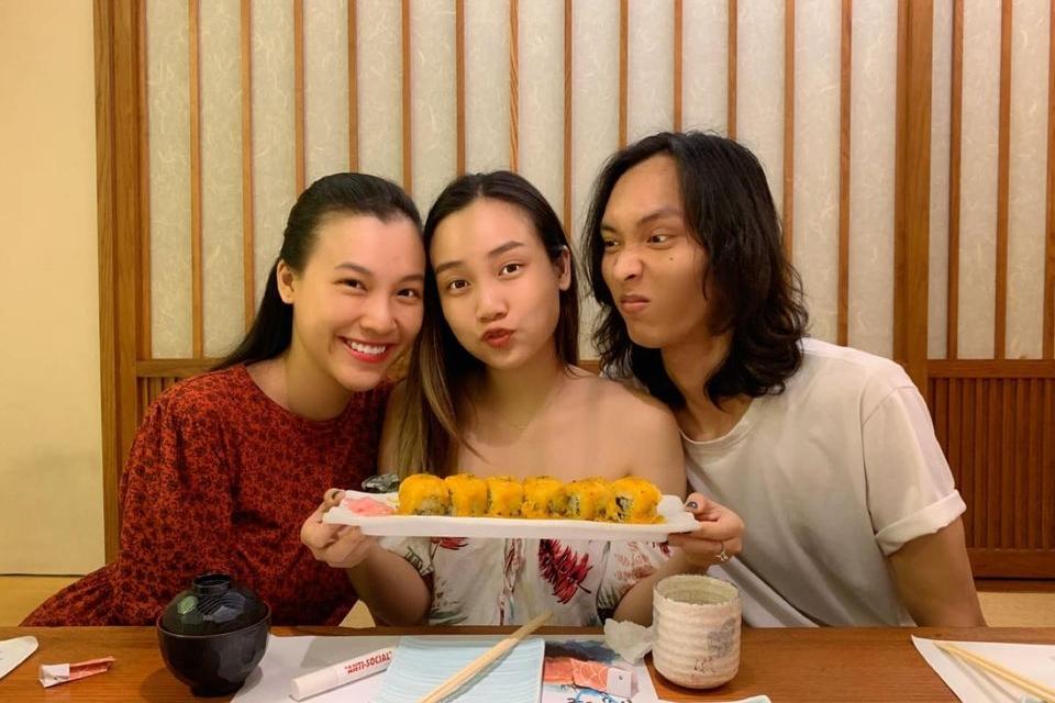 Bận rộn bỉm sữa, Hoàng Oanh vẫn dành thời gian ra ngoài ăn mừng sinh nhật của em gái cuối tháng 7. Lúc này, cô thường chọn váy rộng giúp che vóc dáng.