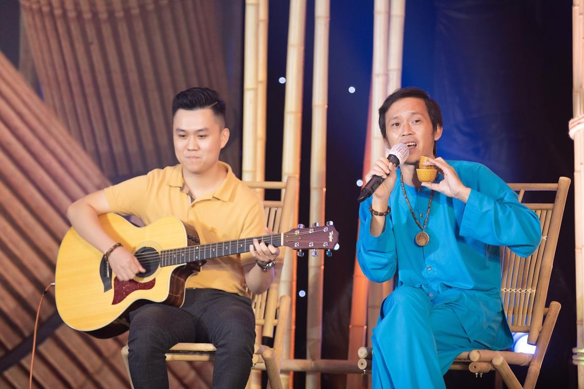 Hoài Linh gửi đến ca khúc Về đi mi bằng giọng Quảng đặc trưng.