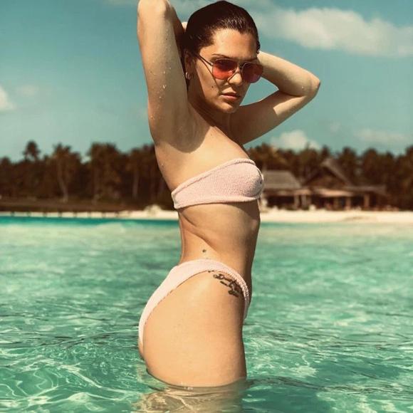 Sao Hollywood mặc như không với bikini màu nude - 2