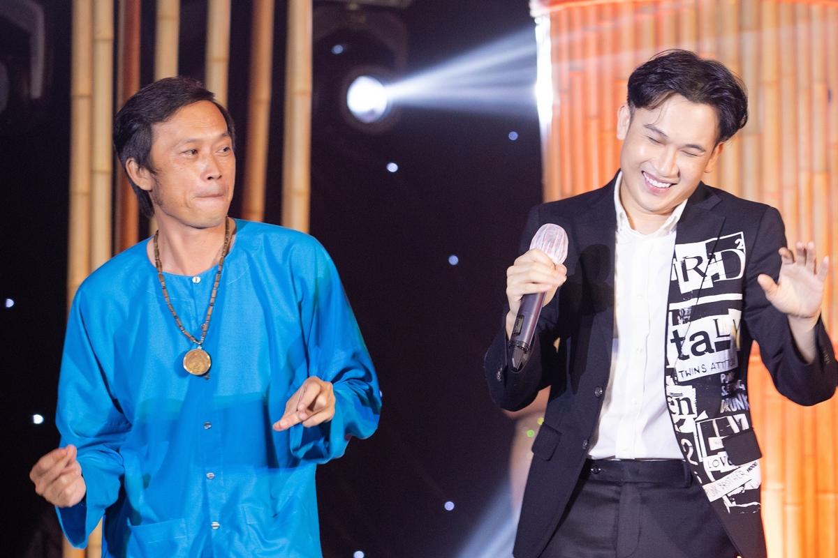 Danh hài còn trổ tài nhảy hip hop cùng em trai - ca sĩ Dương Triệu vũ và nhận được nhiều sự cổ vũ từ êkíp.