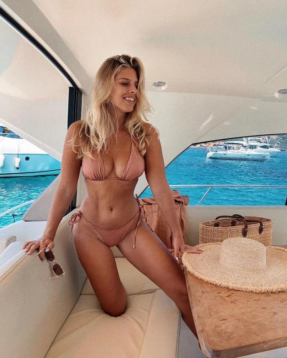 Sao Hollywood mặc như không với bikini màu nude - 5