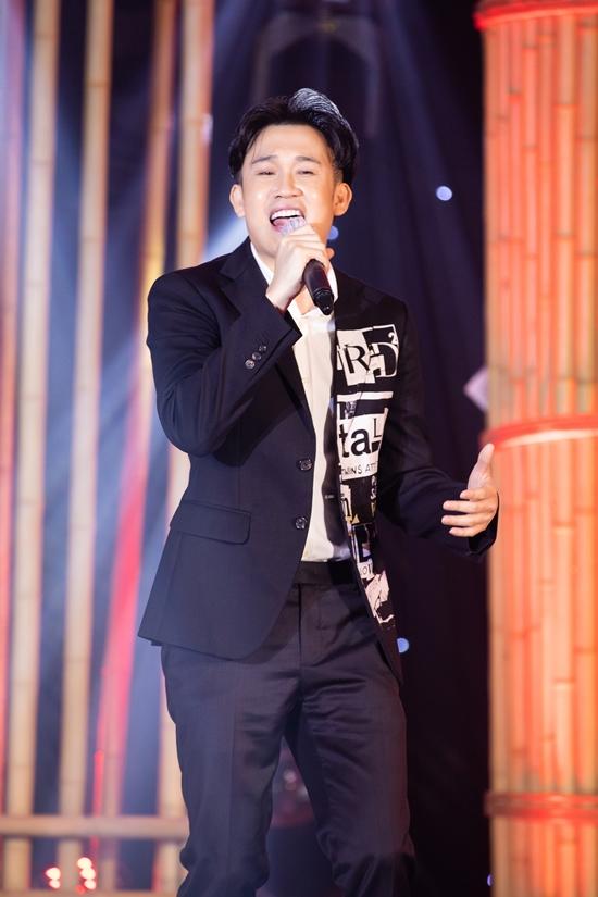 Dương Triệu Vũ hát Quê hương tình yêu và tuổi trẻ. Anh mong nhân dân Quảng Nam luôn kiên cường và nhanh chóng thoát khỏi được bão dịch.