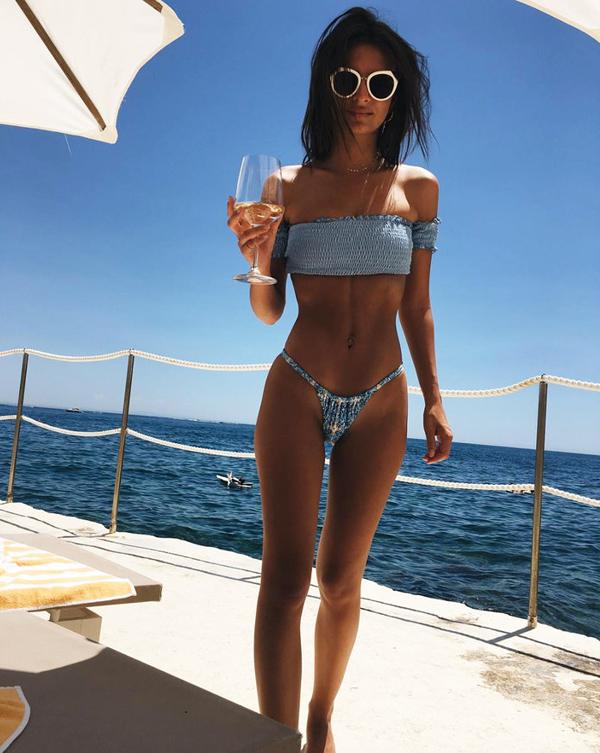 Người mẫu Emily Ratajkowski là một trong những mỹ nhân chăm chỉ khoe dáng cùng bikini hơn cả.