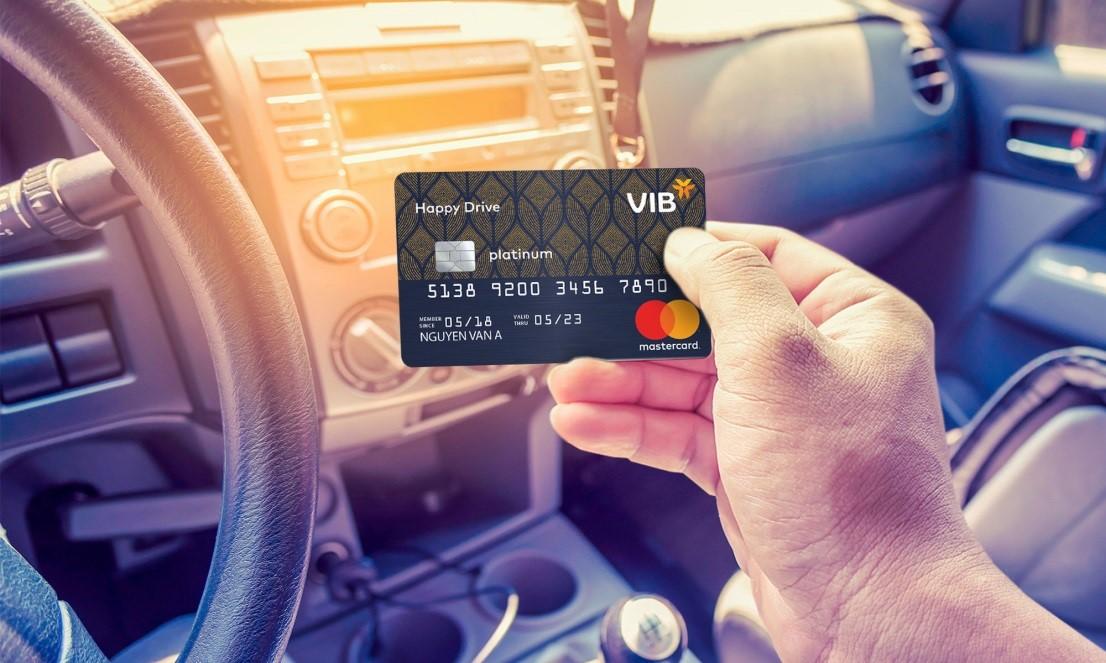 Thẻ tín dụng Happy Drive có nhiều tính năng, tiện ích cho chủ xe ôtô như tặng lít xăng, giảm phí bảo dưỡng...