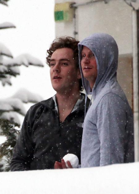 Harry và bạn thân Inskip khi cùng du lịch tới khu trượt tuyết Verbier ở Thụy Sĩ hồi năm 2012. Ảnh: ANL.