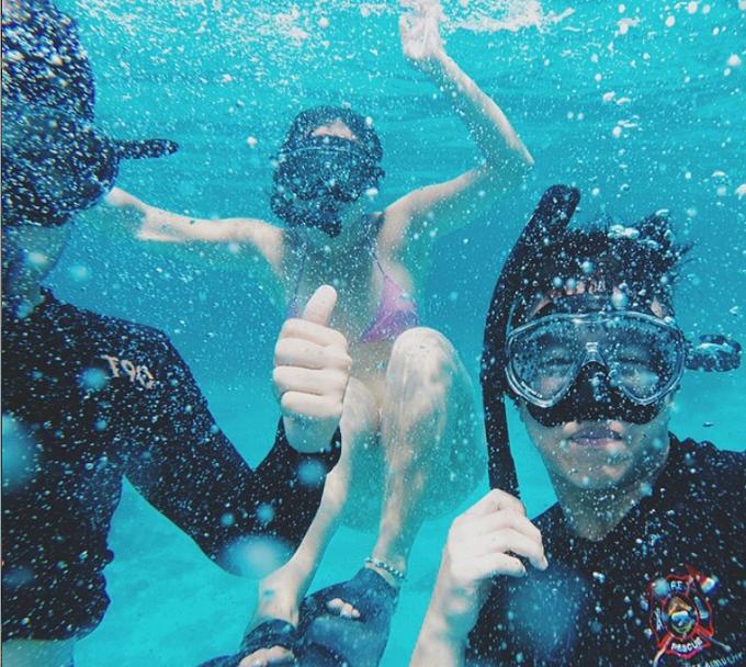 Cuối năm 2014, anh chàng khoe ảnh cùng cả gia đình đến Indonesia nghỉ dưỡng, lặn snorkeling ở đảo Lombok, tỉnh Tây Nusa Tenggara, gần thiên đường du lịch Bali. Nơi đây nổi tiếng với làn nước biển xanh trong, các khuresort cao cấp và các hoạt động dưới biển