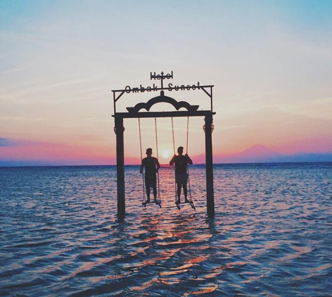 Cảm giác thích nhất trong chuyến đi là ngắm nhìn mặt trời lặn. Quả cầu khổng lồ màu cam cháy từ từ chìm xuống phía chân trời, tô màu cho mặt biển, cho tới khi mặt trời bị khuất sau các rặng núi và mọi vật chìm trong bóng đêm, anh viết.