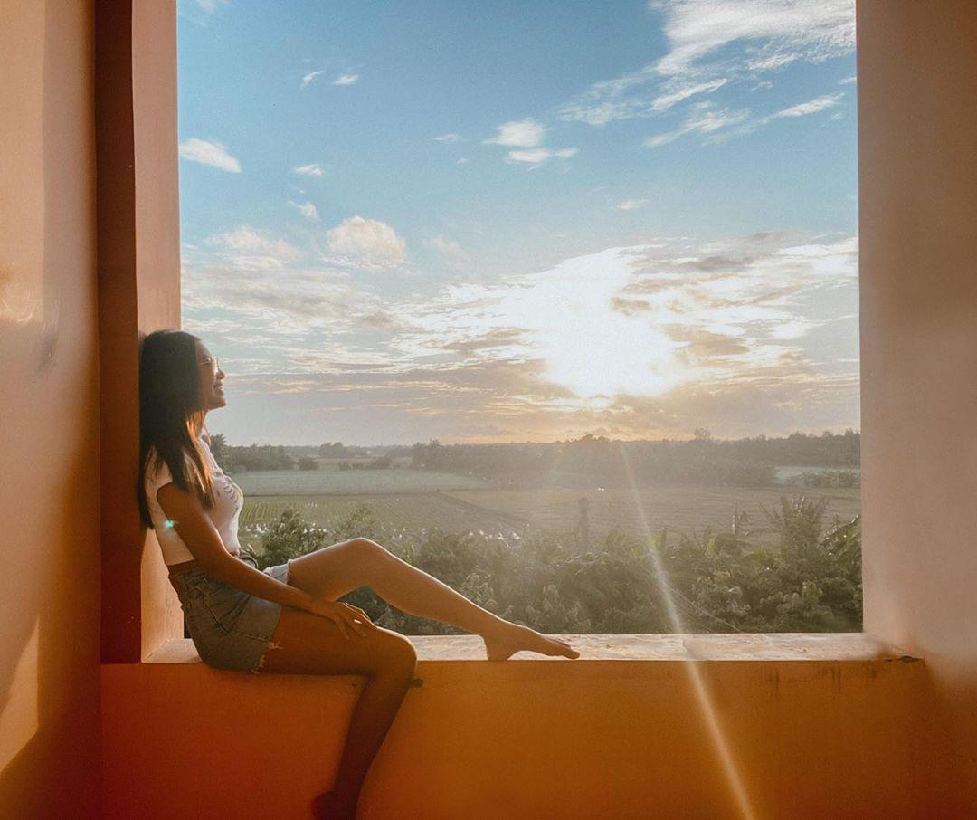 Minh Tú khoe view ngắm hoàng hôn ở khu vực cách ly đẹp không thua kém resort.