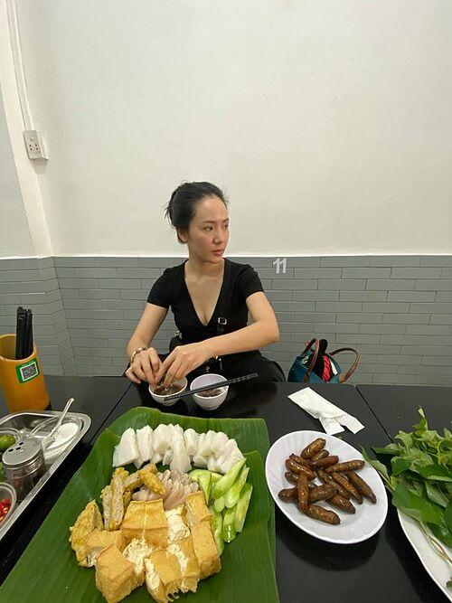 Ca sĩ Phương Linh kể về một ngày rảnh rỗi của mình: đi ăn bún đậu mắm tôm, về nhà ôm ipad luyện phim.