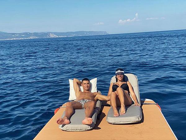 Trên trang cá nhân hôm 9/8, bạn gái CR7 chia sẻ khoảnh khắc hai người nằm phơi nắng cùng chú thích ngắn gọn C yêu G trong đó C là chữ cái đầu trong tên của C. Ronaldo còn G là chữ cãi tên đầu Georgina Rodriguez.