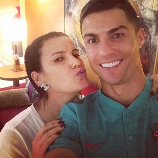 Siêu sao Juventus và chị gái cả Elma. C. Ronaldo còn có một chị gái nữa là Katia và anh trai Hugo. Nhiều lần các chị gái của CR7 lên tiếng bênh vực em trai mỗi khi anh thất bại.