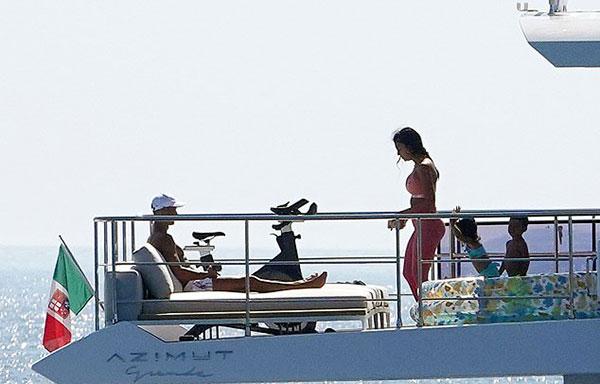 Đi xả hơi nhưng C. Ronaldo và bạn gái vẫn không quên tập thể dục. Người đẹp Georgina Rodriguez còn mặc cả bộ đồ tập khi đi biển và có một chiếc xe đạp máy trên boong.