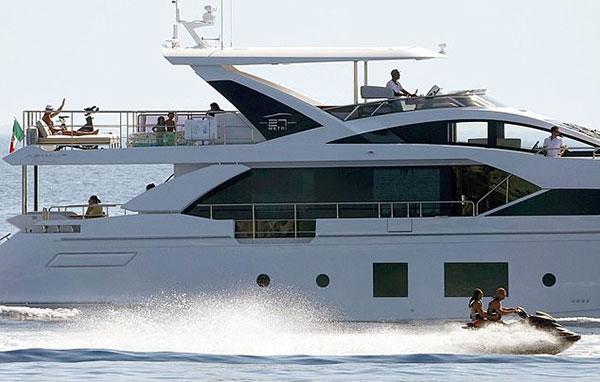 Từ ngày mua du thuyền mới trị giá 5,5 triệu bảng, C. Ronaldo và bạn gái thường được trông thấy đi du ngoạn biển ở Italy dịp cuối tuần. Chiếc du thuyền hiện đại phục vụ nhu cầu nghỉ ngơi trên biển trong vài ngày, ở những vùng biển lân cận của nhà siêu sao Bồ Đào Nha.