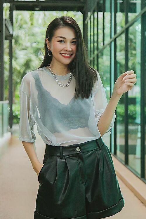 Siêu mẫu Thanh Hằng khéo léo khoe eo thon qua lớp áo mỏng cùng chia sẻ: Nếu chỉ coi là chút xã giao. Đừng tỏ ra quá đỗi ngọt ngào.