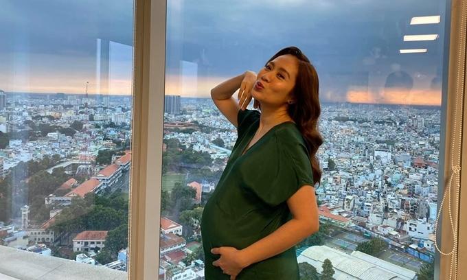 Thanh Thúy tham gia một vai phụ trong phim Người cần quên phải nhớ do chồng đạo diễn. Cô cũng là một trong các nhà sản xuất của phim. Vợ chồng nghệ sĩ đầu tư một phần kinh phí nhỏ cho phim.
