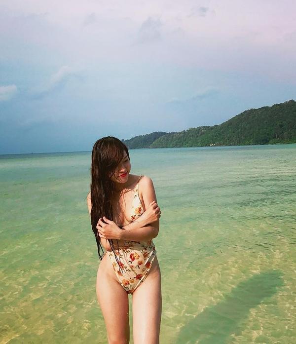 Loạt bikini đốt mắt người nhìn của bạn gái Đặng Văn Lâm - 7