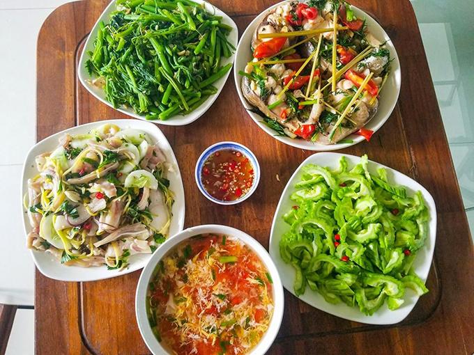 Thực đơn bữa ăn gồm có: cá chép hấp bia, ngọn bí cháy tỏi, nộm tai lợn, canh trứng cà chua, nộm khổ qua. Cơm nhà mà Hùng nấu dành cho 4 người gồm bố mẹ, Hùng và em gái. Em gái sẽ là người đi chợ, còn Hùng là người chế biến món ăn. Các bữa cơm hầu hết đều có từ 3 món mặn, 1-2 món rau.