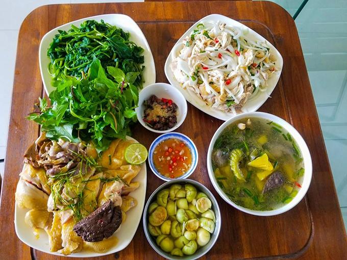 Tranh thủ dịp nghỉ hè, Hùng (23 tuổi, sinh viên, Bắc Giang) vào bếp mỗi ngày để nấu cho gia đình những bữa cơm thơm ngon, đầy đủ chất dinh dưỡng. Mâm cơm Hùng nấu gồm có: nộm gà hành tây, thịt gà luộc, canh gà khổ qua, cà muối, rau muống luộc.