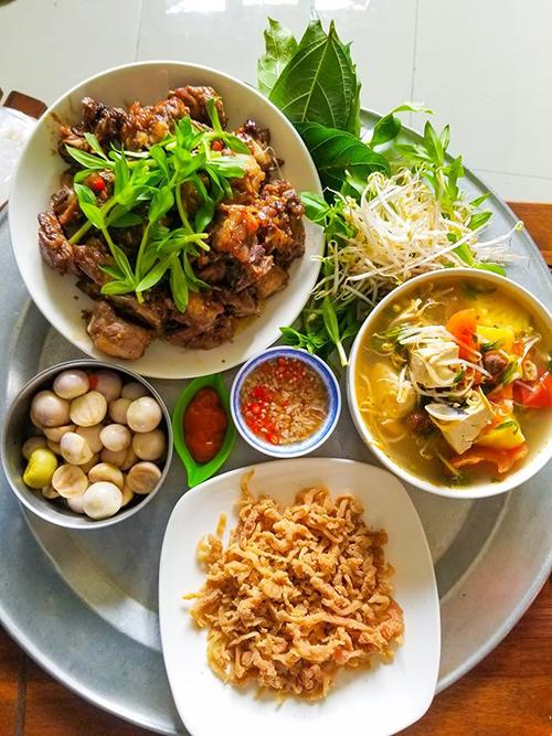 Sườn xào chua ngọt, cà pháo, nem thính, canh ngao là thực đơn khác mà Hùng nấu cho gia đình. Anh cũng cố gắng học hỏi cách trình bày món ăn, công thức nấu nướng sao cho ngon miệng từ các hội nhóm thích nấu ăn.
