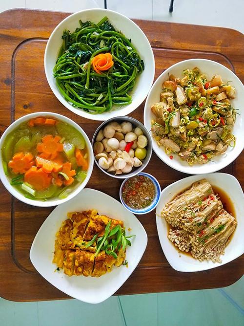 Bữa cơm gồm có ba chỉ rán lắc sả tắc, mùng tơi xào tỏi, canh bí cà rốt, trứng rán, nấm kim hấp xì dầu, cà muối.