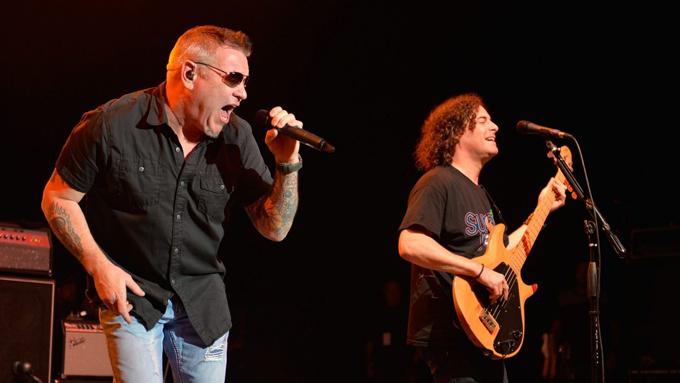Steve Harwell (trái) và tay guitar Greg Camp trong một đêm nhạc năm 2014.