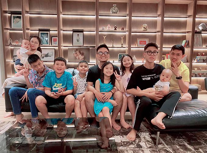 Zon chụp ảnh kỷ niệm cùng các anh chị em trong gia đình. Sau một tuần ở Hà Nội, Zon được bố đưa về lại Sài Gòn sống với mẹ - ca sĩ Thu Phượng. Đã đường ai nấy đi nhưng Thành Trung và vợ cũ vẫn san sẻ trách nhiệm nuôi con.