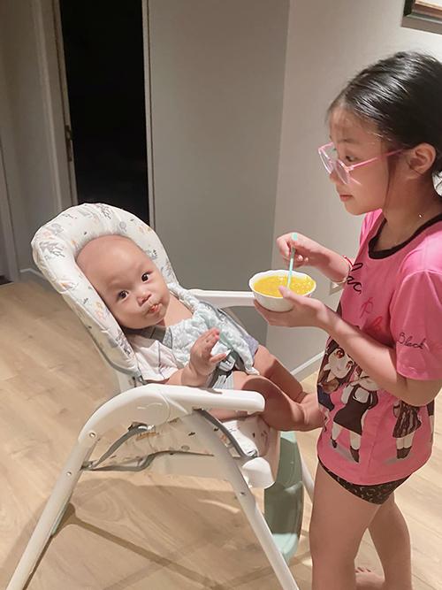 Trong một tuần ở Hà Nội, Zon ra dáng chị lớn khi giúp bố và dì chăm sóc các em. Cô bé 10 tuổi tỏ ra đảm đang khi đút cháo cho em trai 8 tháng tuổi.
