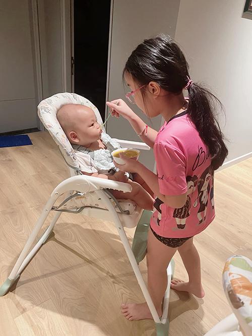 Thành Trung vô cùng hạnh phúc khi thấy Zon yêu thương các em và các em cũng rất quấn quýt chị gái.