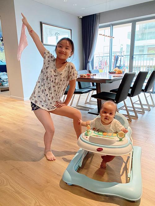 Zon cùng các em nô đùa trong penthouse rộng 260 mét vuông. Gia đình Thành Trung chỉ mới chuyển về ngôi nhà này cách đây vài tuần. Từ ngày có cặp song sinh, anh luôn muốn có một ngôi nhà thật rộng rãi để các con thoải mái chạy nhảy và có phòng riêng cho Zon mỗi khi về chơi với các em.