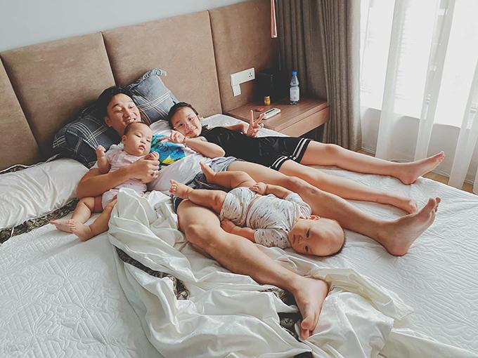 Nam MC hạnh phúc khi thức dậy trong vòng tay của ba con. Bé Zon vào Sài Gòn sống với mẹ từ khi bố mẹ chia tay nhưng Thành Trung vẫn thiết kế riêng cho một phòng trong căn penthouse trị giá 18 tỷ đồng mới tậu.