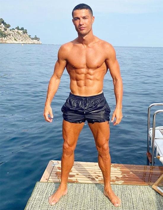 C. Ronaldo được khen hết lời với thân hình cơ bắp, bụng 6 múi hấp dẫn. Ảnh: Instagram.