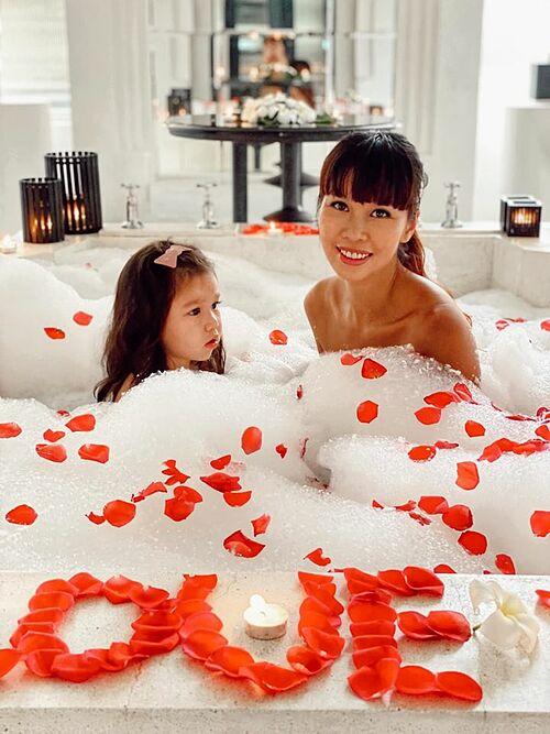 Hà Anh và con gái thư giãn trong chuyến du lịch nghỉ dưỡng ở Phú Quốc. Ông xã cô cũng có mặt trong chuyến đi mừng kỷ niệm 4 năm ngày cưới này.