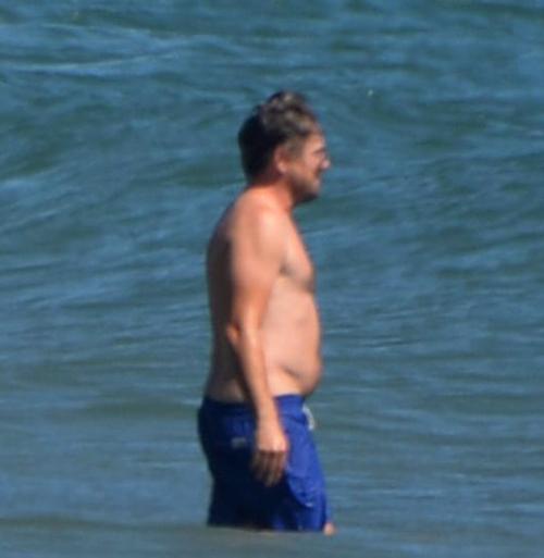 Leonardo DiCaprio ra biển thư giãn giữa những ngày giãn cách xã hội.