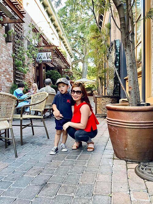 Thủy Tiên - bà xã Đan Trường và con trai Thiên Từ tại một nhà hàng ở Mỹ.
