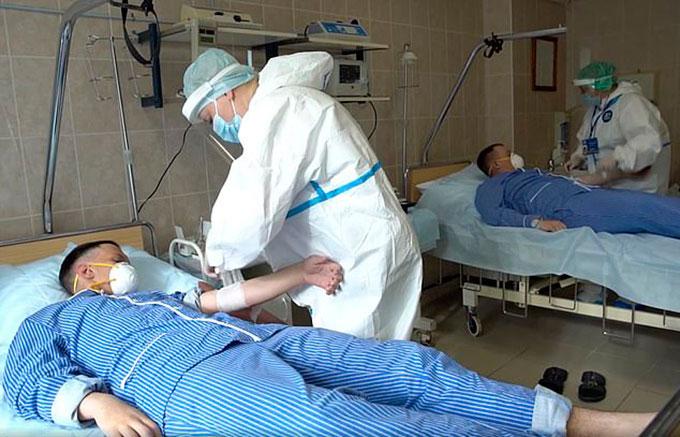 Các tình nguyện viên được tiêm vaccine thử nghiệm tại Bệnh viện Quân chính Budenko, ngoại ô Moskva. Ảnh: AP.