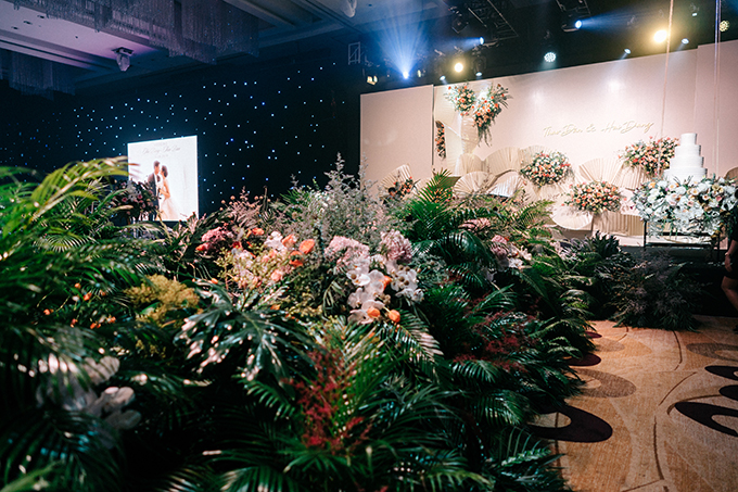 Con đường hạnh phúc dẫn lên sân khấu chính với nhiều loại hoa lá khác nhau nhưng được liên kết chặt chẽ trong một tổng thể thống nhất: Calla lyly, scabiosa, tulip, hồng May Fair, hồng chùm Juliet, tú cầu nhập khẩu...