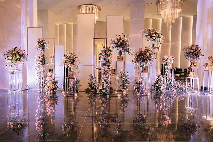 Khu vực gallery thiết kế hiện đại với ý tưởng từ những bụi hồng leo trong các lâu đài cổ của xứ sở sương mù. Hoa tươi chủ đạo là những đoá hồng nhập khẩu Hà Lan và Ecuador: Country Home, Shimmer, Tofee, Juliet...