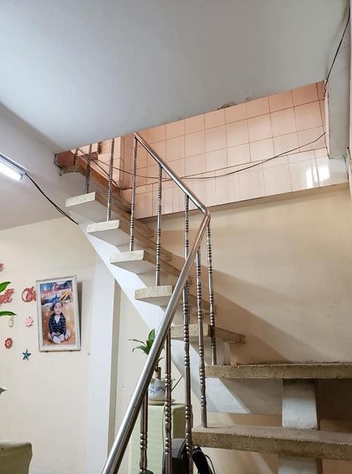 Hệ cầu thang trước đây dốc, kém an toàn cho trẻ nhỏ.