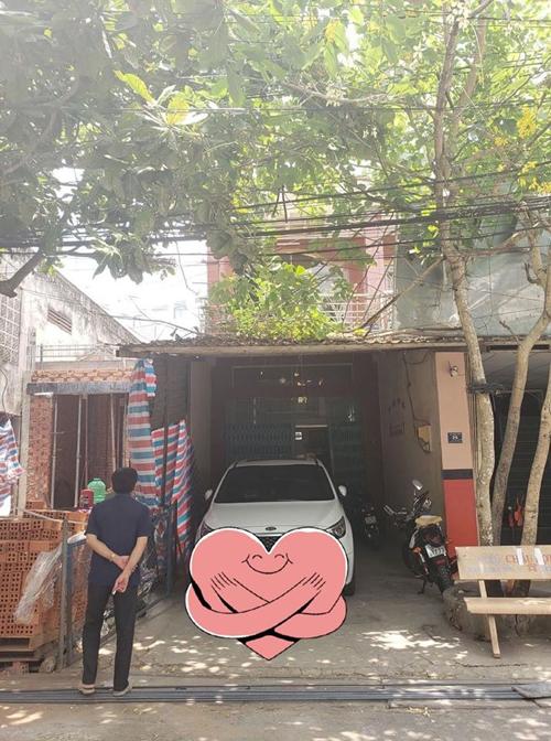 Căn nhà tại cầu Cổ Cò, Tiền Giang có tổng diện tích 184 m2 gồm 2 tầng. Trước cải tạo, nhà xuống cấp, tường ẩm mốc, không gian tù túng, thiếu sáng và gió tự nhiên.