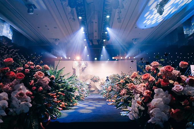 Đội ngũ thực hiện gồm 3 team florist (5 người/ team) đảm tạo phong cách đa dạng cho từng khu vực trang trí. Ekip âm thanh ánh sáng lên đến hơn 50 người làm việc liên tục trong 30h sau nhiều tháng chuẩn bị để kịp tiến độ.