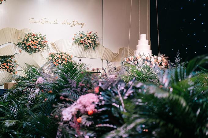 Sân khấu được thiết kế 3D với giấy xếp ly thủ công đồng điệu cùng cổng hoa chính từ ngoài vào trong.