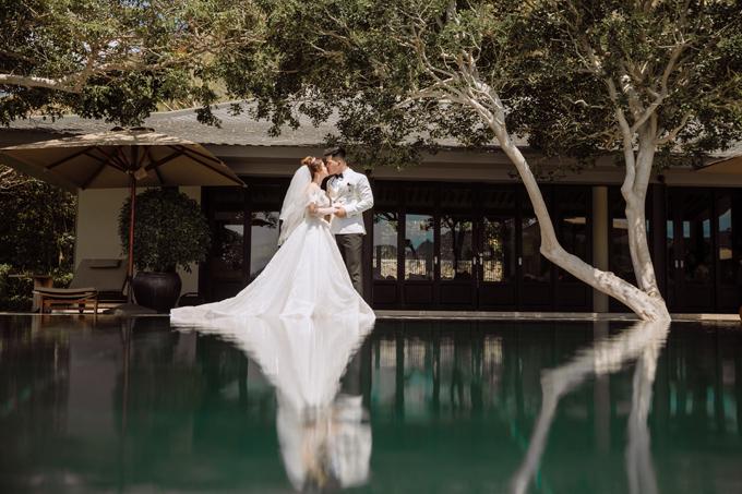 Cặp vợ chồng dành cho nhau nhiều cử chỉ tình cảm thông qua những cái chạm tay, nụ hôn...