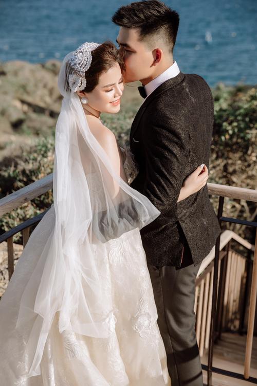Cô dâu nên chọn các váy cưới phom dáng xòe hoặc có độ ôm vừa phải sao cho dễ di chuyển, chất liệu vải ít nhăn để thuận tiện cho việc chụp ảnh ngoài trời.