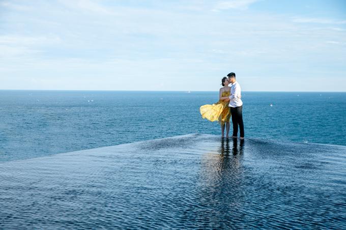 Tấm ảnh chụp tại bể bơi vô cực với bố cục đường dẫn giúp hút thị giác vào hai nhân vật chính của bộ hình.