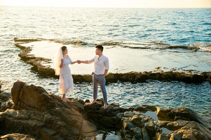 Chụp ảnh cưới với thường phục cũng là lựa chọn hoàn hảo khi bấm máy ngoài trời.